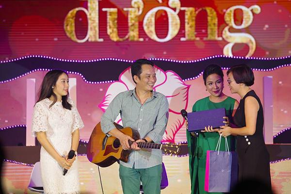 FLC Holiday dành tặng gia đình ca sỹ Mỹ Linh thẻ thành viên 8 năm với mong muốn đem đến cho gia đình nữ ca sỹ những chuyến đi sum vầy trên toàn thế giới.