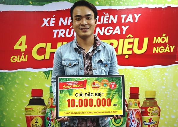 Khách hàng Nguyễn Thành Luân nhận giải thưởng 10 triệu đồng