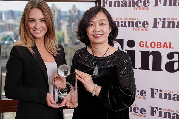 Bà Trần Thị Minh Đức - Giám đốc Khối Vận hành hàm Phó Tổng Giám đốc VietinBank nhận giải thưởng tại London (Anh Quốc)