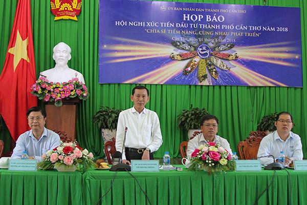 Ông Võ Thành Thống – Chủ tịch UBND TP Cần Thơ trao đổi tại buổi họp báo