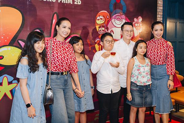 Gia đình nghệ sĩ Hoàng Bách và người mẫu Thúy Hằng – Thúy Hạnh đưa các con tới tham dự lễ công chiếu.