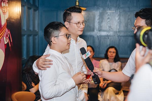 """Nghệ sĩ Hoàng Bách và cậu con trai Tê Giác là những khán giả đầu tiên, đồng thời tham gia lồng tiếng """"Monta trong dải ngân hà kỳ cục"""""""