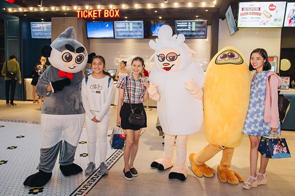 Gia đình Hoàng Bách và khán giả thích thú chụp ảnh với mascot các nhân vật dễ thương trong phim.