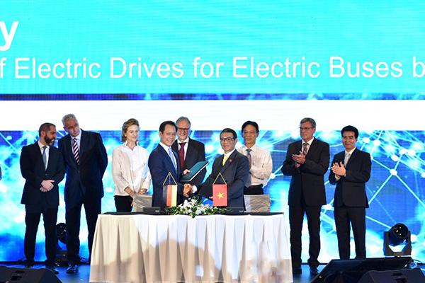 Ông Võ Quang Huệ - Phó Tổng giám đốc Tập đoàn Vingroup (phải) và Tiến sỹ Phạm Thái Lai, Chủ tịch kiêm Tổng Giám đốc Siemens Việt Nam (trái) ký hợp đồng về cung cấp công nghệ và linh kiện để sản xuất xe buýt điện mang thương hiệu VinFast.