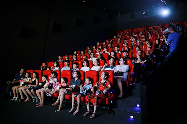 """Khán giả đến chật kín phòng công chiếu phim """"Monta trong dải ngân hà kỳ cục"""""""