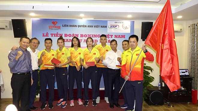 Các võ sĩ thể hiện quyết tâm trong buổi lễ tiễn đoàn thể thao Boxing Việt Nam tham dự Đại hội thể thao châu Á - Asiad 2018