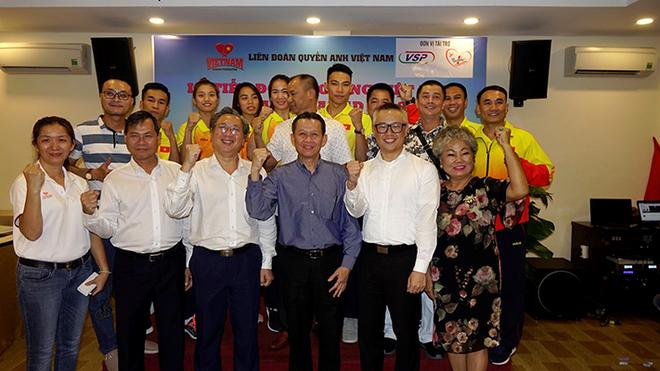 Ban tổ chức, nhà tài trợ và các võ sĩ cùng chụp hình lưu niệm trong buổi lễ tiễn đoàn thể thao Boxing Việt Nam tham dự Đại hội thể thao châu Á - Asiad 2018