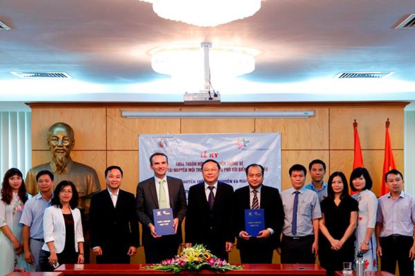 """""""Vì môi trường Việt Nam xanh"""" được ký kết dựa trên tinh thần trách nhiệm cộng đồng cải thiện và bảo vệ môi trường sống của Công ty FrieslandCampina Việt Nam"""