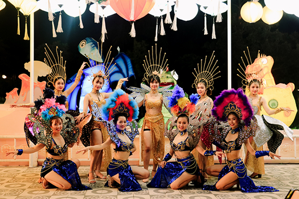 Lễ hội đèn lồng Sun World Danang Wonders tiếp tục đốn tim du khách với Carnival sôi động