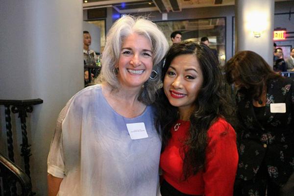 Bà Deborath Toress Patel, một doanh nhân người Mỹ, chuyên gia huấn luyện doanh nghiệp (trái) và bà Trần Uyên Phương, tác giả Comepeting with giants.