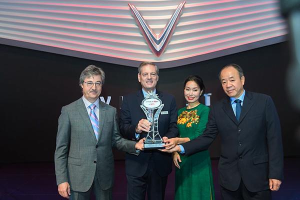 """Ông Dan Vardie - Chủ tịch AutoBest trao giải """"Ngôi sao mới"""" cho VinFast - vinh danh 'Thương hiệu và mẫu xe mới ấn tượng nhất' tại triển lãm Paris Motor Show 2018"""