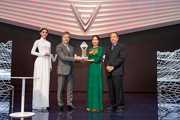 """VinFast được AutoBest trao giải """"Ngôi sao mới"""" vinh danh 'Thương hiệu và mẫu xe mới ấn tượng nhất' tại triển lãm Paris Motor Show 2018 ảnh 2"""