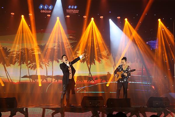 Nhạc sĩ Lê Minh Sơn (áo hoa đen trắng) và màn tung hứng với ca sĩ Tùng Dương