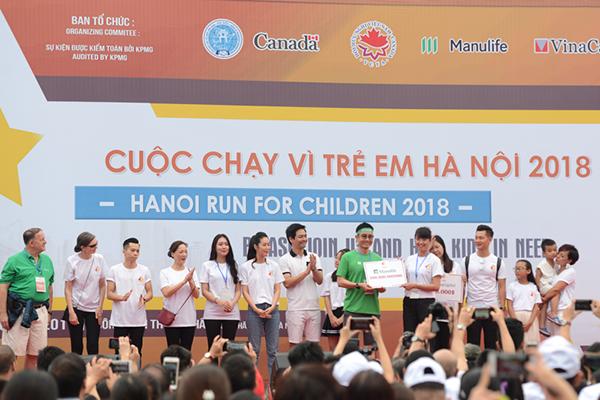 Ông Robert Trieu, Giám đốc điều hành kênh đại lý, đại diện Manulife Việt Nam trao tặng 200 triệu đồng cho chương trình.
