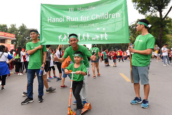 Trẻ em cũng tham gia để ủng hộ những bạn nhỏ có hoàn cảnh khó khăn