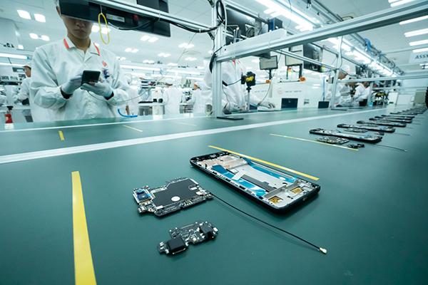 """Cận cảnh dàn robort """"khủng"""" tại nơi sản xuất điện thoại Vsmart"""