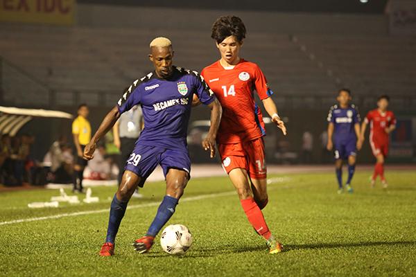 Giải đấu năm nay có sự tham dự của hai đội khách mời quốc tế là Cascavel Clube Creativio đến từ Brazil và Tooro United của Uganda hi vọng sẽ là nhân tố mới cho giải. Trong ảnh: Pha tranh bóng của cầu thủ khách mời từ Hàn Quốc góp mặt ở mùa giải lần thứ 18.