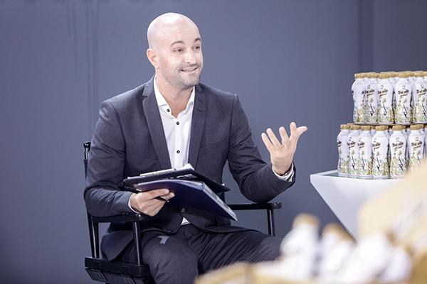 """Vị chuyên gia Marketing nổi tiếng từng làm việc tại các tập đoàn hàng đầu thế giới này nhiệt tình chia sẻ về biểu cảm và thông điệp """"Ngon khó cưỡng"""" với top 7 thí sinh trong buổi Master Class."""