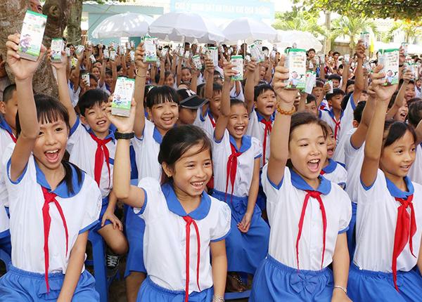 Chương trình sữa học đường trên địa bàn tỉnh Nghệ An sử dụng kinh phí doanh nghiệp hỗ trợ và kinh phí phụ huynh học sinh đóng góp. Ảnh: Quốc An