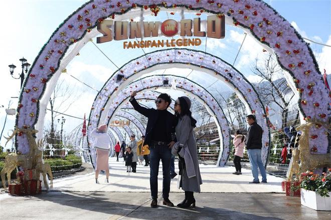 """""""Con đường mùa đông"""" trên Fansipan """"đốn tim"""" hàng ngàn du khách"""