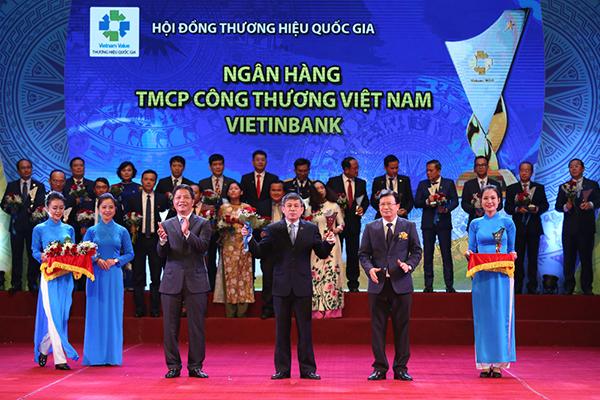 Ông Cát Quang Dương đại diện VietinBank nhận giải Thương hiệu Quốc gia năm 2018