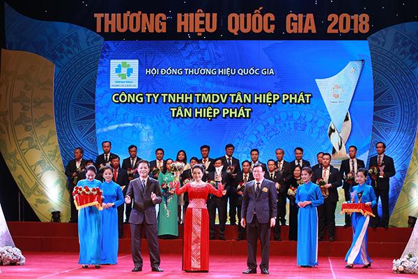 """Bà Trần Uyên Phương, Phó Tổng giám đốc Tập đoàn Tân Hiệp Phát nhận giải thưởng """"Thương hiệu Quốc gia"""""""