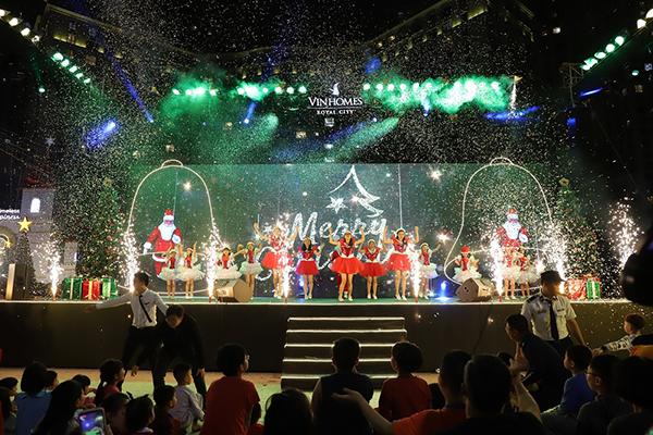 Tiết mục biểu diễn vô cùng đặc sắc của chính cư dân trong chương trình Lễ hội Giáng sinh Vinhomes Royal City 2018