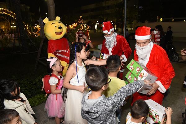 Những cư dân nhí thích thú với món quà bất ngờ được hô biến từ phép thuật diệu kỳ của ông già Noel
