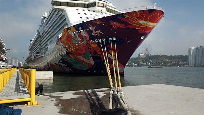 """Du thuyền """"siêu sang"""" sức chứa hơn 5.000 người cập Cảng tàu khách du lịch quốc tế Hạ Long ảnh 4"""