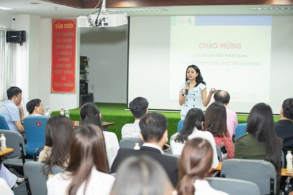 Phó Tổng Giám đốc Tập đoàn Tân Hiệp Phát, bà Trần Uyên Phương trả lời các câu hỏi trong buổi giao lưu cùng đoàn tham quan tại Tân Hiệp Phát.