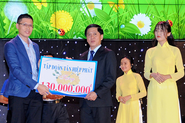 Đại diện Tập đoàn Tân Hiệp Phát trao tượng trưng ủng hộ cho Quỹ Bảo trợ trẻ em tỉnh Bình Dương