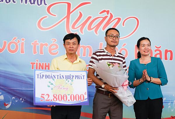 Ông Lê Nguyễn Đức Khôi, Trưởng phòng quan hệ công chúng Tập đoàn Tân Hiệp Phát nhận hoa từ Quỹ Bảo trợ trẻ em tỉnh Bình Dương