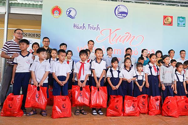 Đại diện Tập đoàn Tân Hiệp Phát trao quà cho trẻ em Mái ấm Cô nhi Phổ Hiền và trẻ em huyện Bàu Bàng