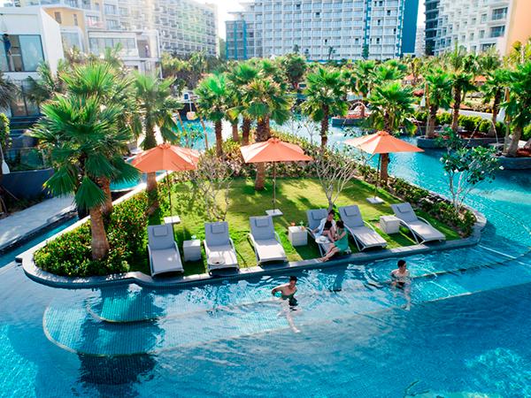 Trái tim của khu nghỉ dưỡng là bể bơi trung tâm tràn bờ rộng 5.000m2 với nhiều cấp độ thoải dần ra phía biển. Từ đây du khách sẽ có cảm giác với tay ra là chạm vào biển cả bao la.