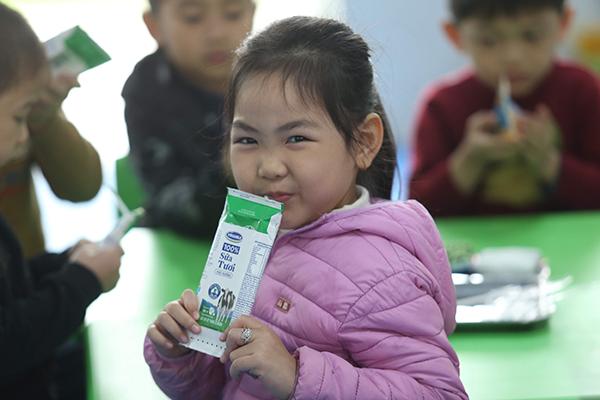 Sau hơn 3 tháng thực hiện Chương trình sữa học đường, một số quận huyện tại Hà Nội có tỉ lệ phụ huynh đăng ký sữa học đường cho con ở khối các trường công lập rất cao, lên tới gần 100%