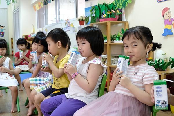 Các em học sinh hào hứng trong giờ uống sữa học đường - Ảnh: Phạm Hùng