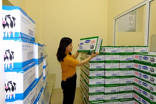 Cô giáo kiểm tra, chuẩn bị sữa học đường cho các em học sinh trước giờ uống sữa tại Trường mầm non Ánh Sao, Hà Nội - Ảnh: Phạm Hùng