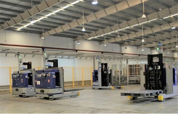 Nhìn các robot LGV tự vận hành trong nhà máy, các em vô cùng thích thú