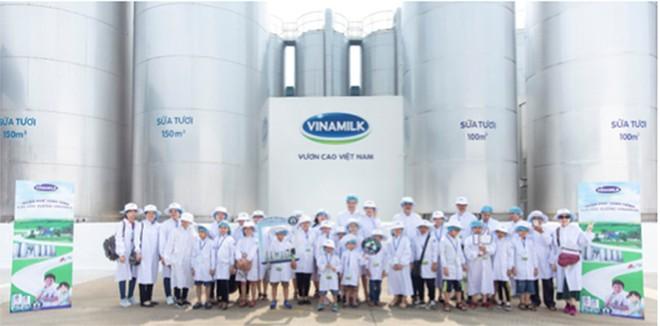 Mọi người chụp ảnh cùng các bồn chứa lạnh khổng lồ, nơi chứa khối lượng lớn sữa tươi nguyên liệu sau khi được vận chuyển từ các trang trại chuẩn GLOBAL G.A.P về nhà máy.