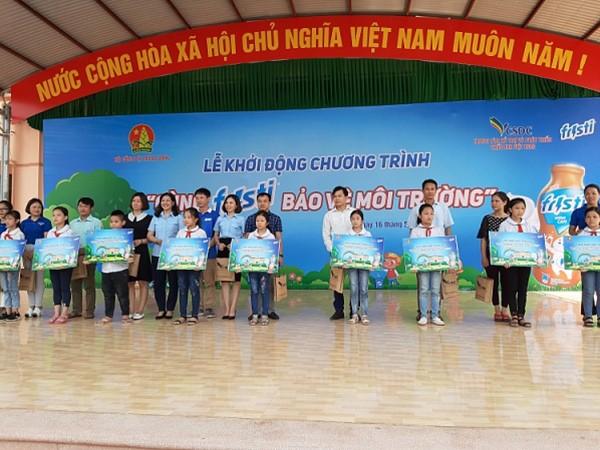 """BTC trao quà tặng cho đại diện các trường tham gia chương trình """""""