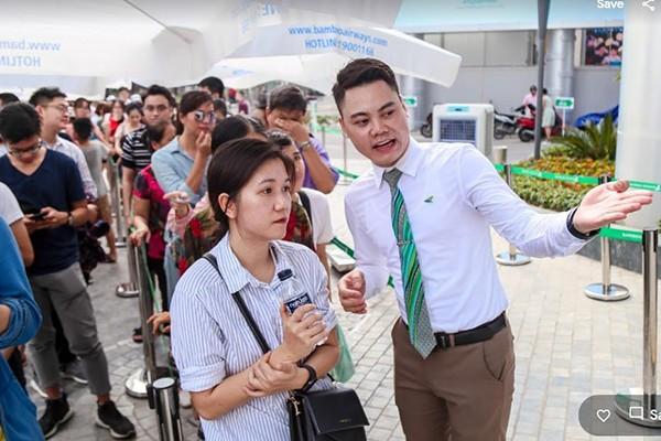 """Trong """"ngày vàng"""" đầu tiên, Bamboo Airways triển khai gói ưu đãi """"Bamboo Airways - 265k bay đâu cũng thích"""", theo đó, 265 khách hàng đầu tiên sẽ may mắn có cơ hội sở hữu 265 phiếu đăng kí mua vé máy bay giá từ 265.000 VND vào các ngày 26/05 – 28/05. Sức hấp dẫn của gói ưu đãi này khiến không khí tại các quầy vé của Bamboo Airways trở nên """"nóng"""" hơn bao giờ hết."""