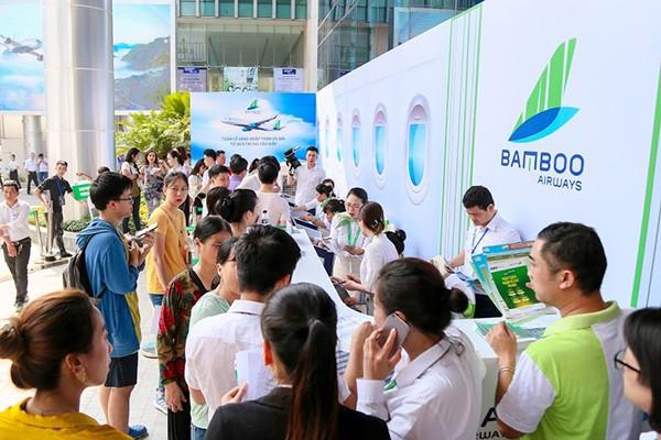 Chưa đầy một giờ sau khi khai mạc, hàng trăm lượt khách đã tới Bamboo Airways Tower 265 Cầu Giấy để tham quan, mua sắm khiến cho khu vực thanh toán luôn trong tình trạng đông đúc. Dù lượng đăng ký khá đông, nhưng quy trình thanh toán và nhận phiếu đăng kí vé ưu đãi diễn ra thông suốt, chuyên nghiệp nên khách hàng vẫn tỏ ra hài lòng.