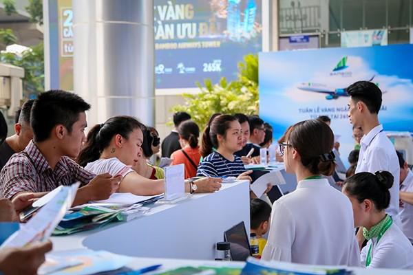 Đến trưa và chiều cùng ngày, lượng khách ghé thăm chương trình ưu đãi vẫn tấp nập. Để giúp chuyến đi của khách hàng thêm thuận tiện, Bamboo Airways cho biết mỗi khách hàng trên chuyến bay của hãng còn được mang theo một kiện hành lý xách tay 7 kg và được phục vụ đồ uống hoặc suất ăn ngon miệng.