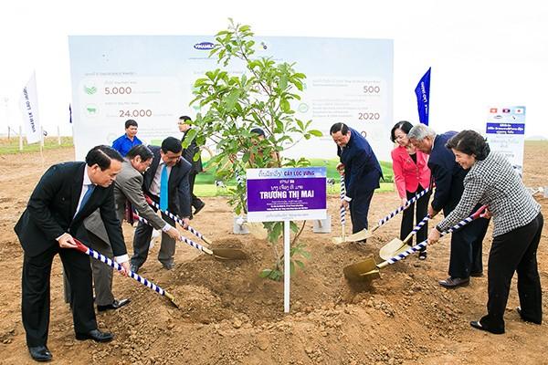 """Nhân dịp khởi công """"resort"""" bò sữa Organic, các đại biểu đã trồng cây chăm pa, cây lộc vừng và cây hoa anh đào tượng trưng cho 3 nước Lào - Việt Nam – Nhật Bản."""