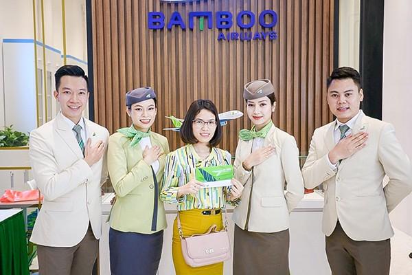 Để đáp ứng đầy đủ mọi nhu cầu của khách hàng, phòng vé Bamboo Airways 30 Tràng Tiền cung cấp đa dạng dịch vụ như: Bán vé tất cả các đường bay Hãng đang khai thác; tư vấn đặt chỗ miễn phí và xuất vé trực tiếp tại văn phòng; cập nhật thường xuyên và liên tục các chương trình ưu đãi của Hãng; làm thẻ hội viên Bamboo Club miễn phí; hỗ trợ nâng hạng ghế và các dịch vụ đi kèm… Phòng vé mở cửa từ 8:00 đến 20:00 tất cả các ngày trong tuần, kể cả ngày nghỉ, lễ tết.