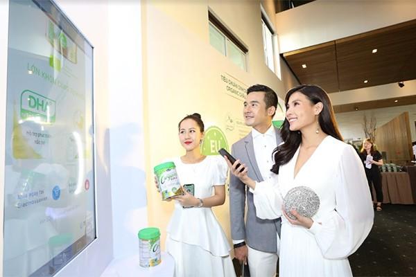 Người tiêu dùng trải nghiệm công nghệ truy xuất nguồn gốc (Blockchain) được Vinamilk áp dụng trên sản phẩm sữa bột trẻ em Vinamilk Organic Gold