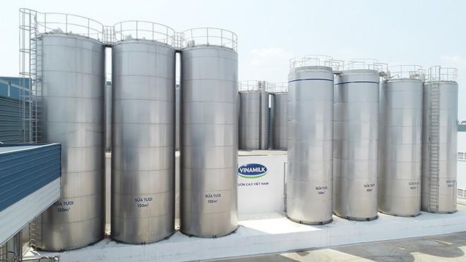 Hệ thống bồn chứa sữa nguyên liệu khổng lồ tại siêu nhà máy sữa của Vinamilk tại Bình Dương