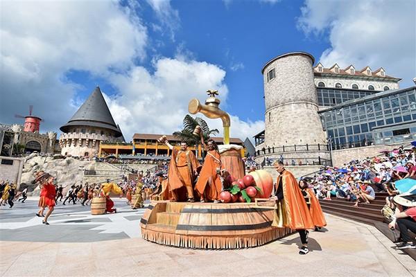 Vũ hội Ánh dương là sản phẩm văn hóa vừa có tính giải trí đặc sắc, vừa mang tính nghệ thuật cao, góp phần bổ sung sản phẩm văn hóa phục vụ khách du lịch mà Việt Nam vốn đang rất thiếu - đó là các show diễn quy mô quốc tế.