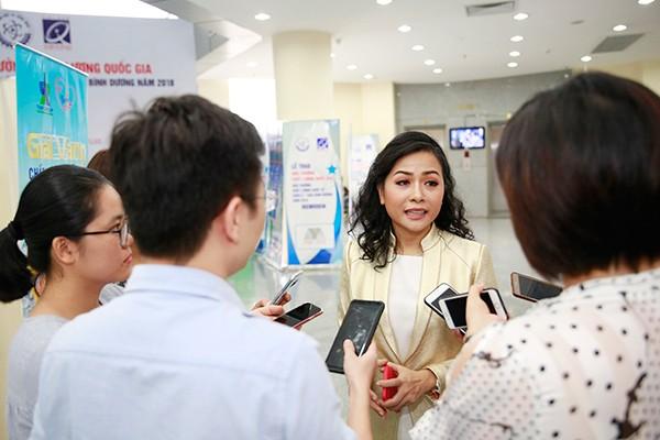 """Trả lời báo chí, bà Trần Uyên Phương cho biết qua 25 năm phát triển, Tân Hiệp Phát hiện có hơn 2.500 đối tác trong và ngoài nước với số lượng lao động làm việc trong các doanh nghiệp này lên tới hơn 100.000 người""""."""