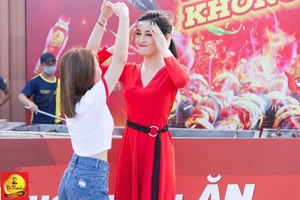 Á hậu Huyền My với biểu cảm tươi tắn trước sự ngưỡng mộ đáng yêu của khán giả Đà Nẵng.
